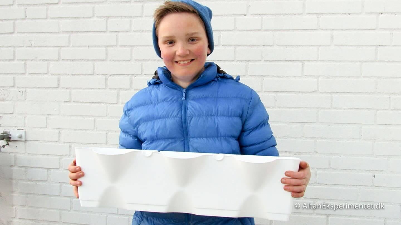 Forberedelse til plantevæg - Hos Altan Eksperimentet bruger vi børnearbejde.. Oliver fyldte vækst-ler i alle plantevægsmodulerne